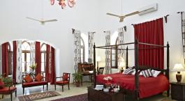 ein Wohnzimmer mit Möbeln und einem roten Teppich