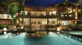 ein großer Pool mit Wasser