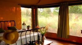 Blick auf ein Wohnzimmer mit Möbeln und einem großen Fenster