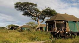 Auu00dfenansicht der Gu00e4steunterku00fcnfte im Lake Masek Tented Camp im su00fcdlichen Serengeti, Tansania