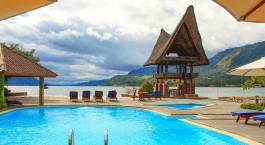 ein blauer Sonnenschirm, der neben einem Schwimmbad sitzt