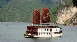 Extravagantes Kreuzfahrtschiff mit zwei grou00dfen Segeln