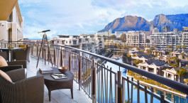 Balkon mit Blick auf den Tafelberg im One & Only Resort Kapstadt Hotel in Kapstadt, Su00fcdafrika