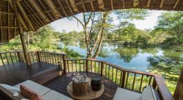 Terrasseaussicht im Hotel Finch Hattons in Tsavo West, Kenia