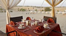 Gedeckter Tisch im Freien im Manvar Desert Camp in Manvar, Nordindien