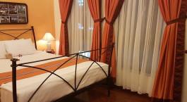 ein Schlafzimmer mit einem Bett und einem Vorhang