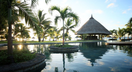 Swimmingpool im LUX* Le Morne Hotel in Mauritius