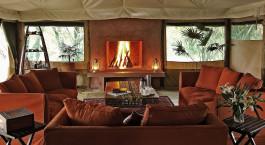 ein Wohnzimmer mit Möbeln und einem Kamin