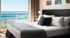 Doppelbett mit Ausblick im Hotel Dazzler Puerto Madryn, Puerto Madryn in Argentinien
