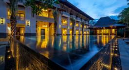 Pool bei Sonnenuntergang im Puri Santrian Hotel, Sanur, Indonesien