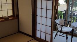 ein Zimmer mit einem großen Fenster