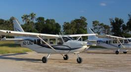 ein kleines Flugzeug, das auf einer Landebahn sitzt