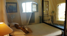 Zimmer mit Doppelbett mit Moskitonetz im Casa Babi in Bazaruto (Vilanculos), Mosambik