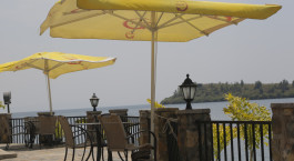 ein Tisch mit einem blauen Regenschirm gekrönt