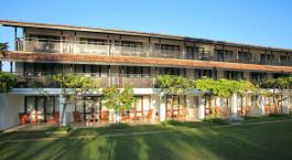ein großes Backsteingebäude mit Gras vor einem Haus