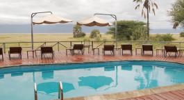 Swimmingpool mit Gebirge im Hintergrund im Maramboi Tented Camp, Tansania