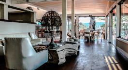 ein Wohnzimmer mit Möbeln und einem großen Fenster