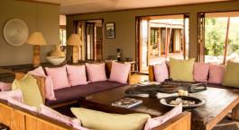Loungebereich im Sayari Camp in Nu00f6rdliche Serengeti, Tansania