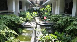 Blick auf den Garten im Roemahkoe Solo, Solo, Indonesia