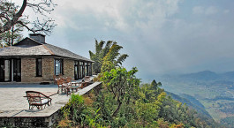 ein Haus mit einem Berg im Hintergrund