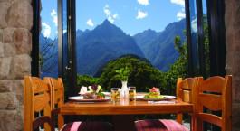 ein Esstisch vor einem Berg