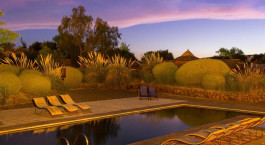 Swimming Pool bei Du00e4mmerung im Hotel Altiplanico Atacama, San Pedro de Atacama in Chile