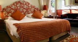ein Wohnzimmer mit Bett und Stuhl