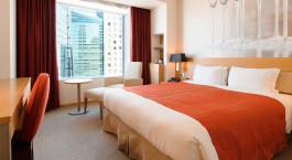 Doppelbett im Park Hotel Tokyo in Tokio, Japan