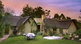 Auu00dfenansicht einer Gu00e4stelodge im Hunters Country House Hotel, Garden Route in Su00fcdafrika