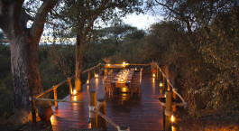 Candle light dinner im Freien im Oliveru2019s Camp, Tarangire in Tansania
