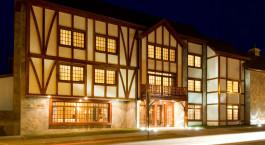 ein Gebäude mit einem großen Fenster