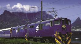 Auu00dfenansicht des Blue Train (Kapstadt u2013 Pretoria) in Su00fcdafrika