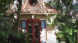 ein Haus mit einer Palme