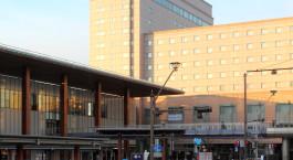 ein Zug ist auf der Seite eines Gebäudes geparkt