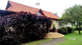 Eingangsbereich mit Treppe im Legendary Lodge Hotel, Arusha in Tansania