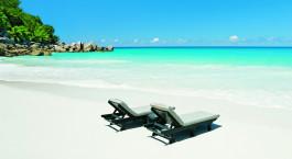 Liegestu00fchle am Strand von Praslin Island, Seychellen