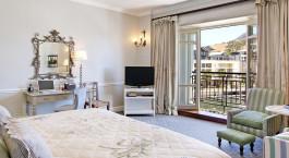 Schlafzimmer mit offenem Balkon im Hotel Cape Grace, Kapstadt, Su00fcdafrika