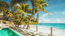 Liegestu00fchle mit Strandaussicht im Carana Beach Hotel in Mahe, Seychelles