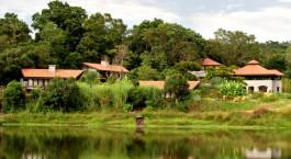 Auu00dfenansicht mit Teich und Gebu00e4ude im Gru00fcnen von der Flameback Lodge in Chikmagalur, Indien