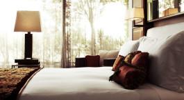 ein großes Bett in einem Hotelzimmer