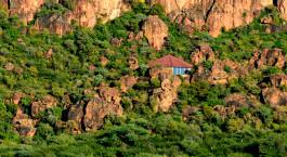 eine Schlucht mit einem Berg im Hintergrund