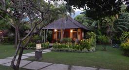 ein Weg mit Bäumen an der Seite eines Hauses