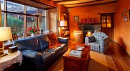 Wohnbereich in einem Gu00e4stezimmer im Hacienda San Agustu00edn del Callo in Cotopaxi, Ecuador/Galapagos