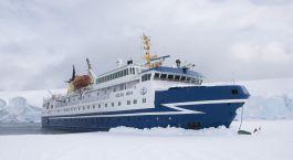 ein Boot, das im Schnee sitzt