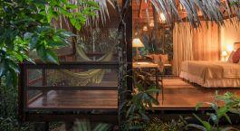 Blick in ein Zimmer mit Hu00e4ngematte in der Anavilhanas Jungle Lodge im Amazonas