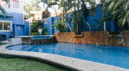 ein Pool neben einem Gebäude