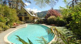 Pool im Garten vor der The Resurgence Lodge