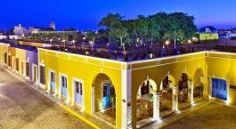 Auu00dfenansicht auf Gebu00e4ude mit Dachterrasse der Hacienda Puerta Campeche in Mexiko