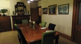 ein Wohnzimmer mit Möbeln und einem Tisch