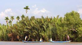Nebenflu00fcsse des Mekong mit gru00fcnem Gestru00fcpp und Booten im Vordergrund, Gecko Eyes Cruise